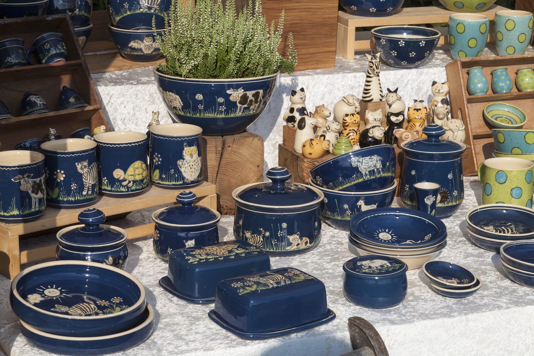 Marktstand mit blauer und türkiser Keramik