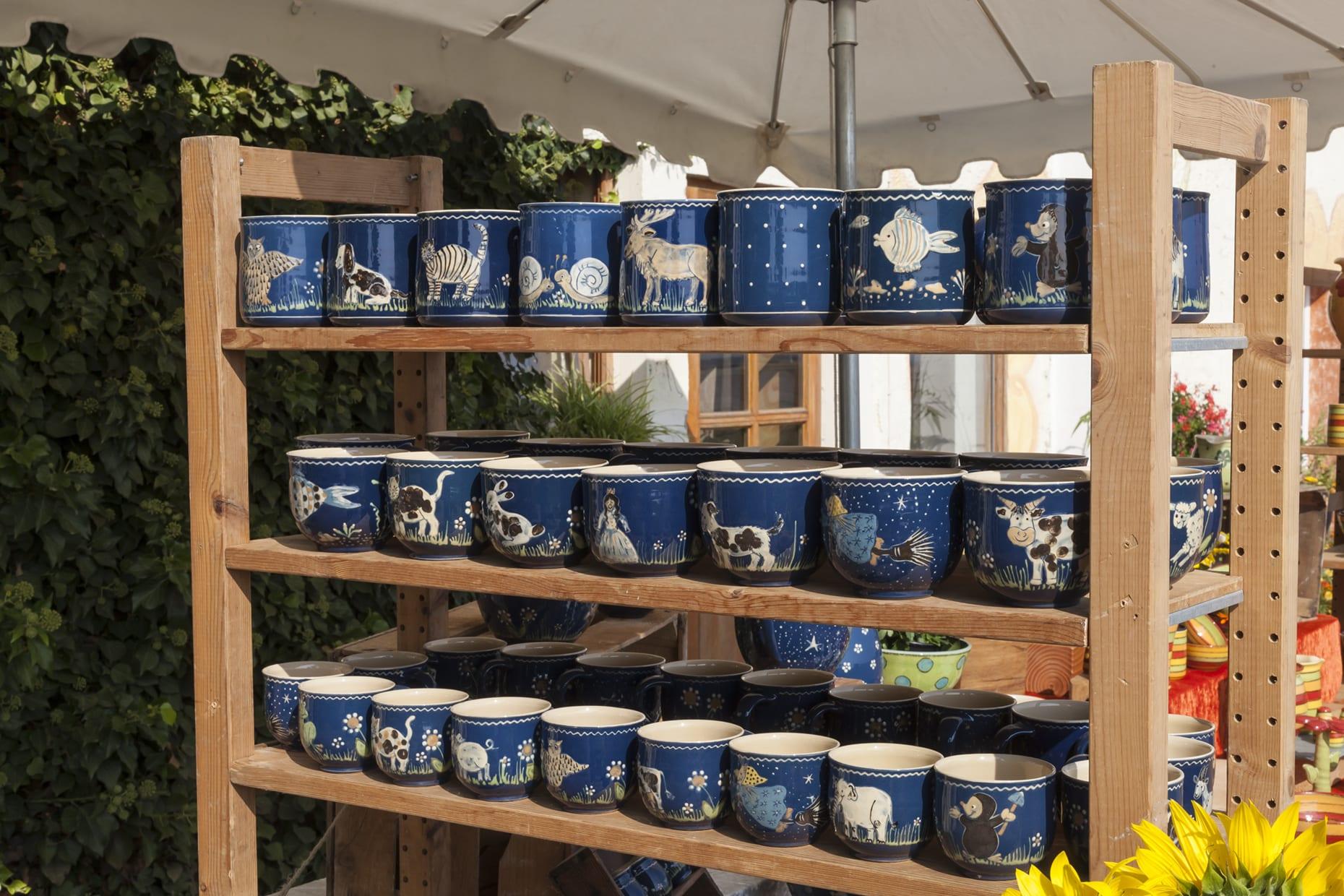 Regal auf einem Marktstand mit blauen Keramiktassen
